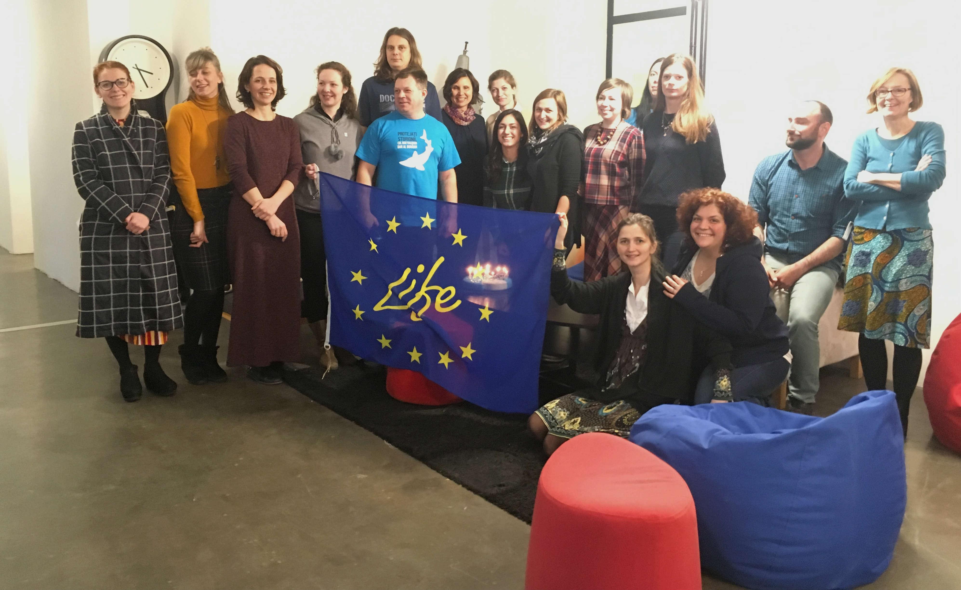 Team picture EU flag - Întâlnirea Regională a echipei de proiect în Belgrad dovedește că proiectul LIFE for Danube Sturgeons este pe drumul cel bun